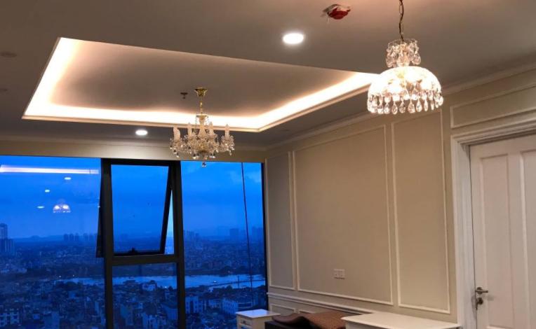Lắp đặt đèn chùm pha lê cho căn hộ chung cư Artemis cao cấp