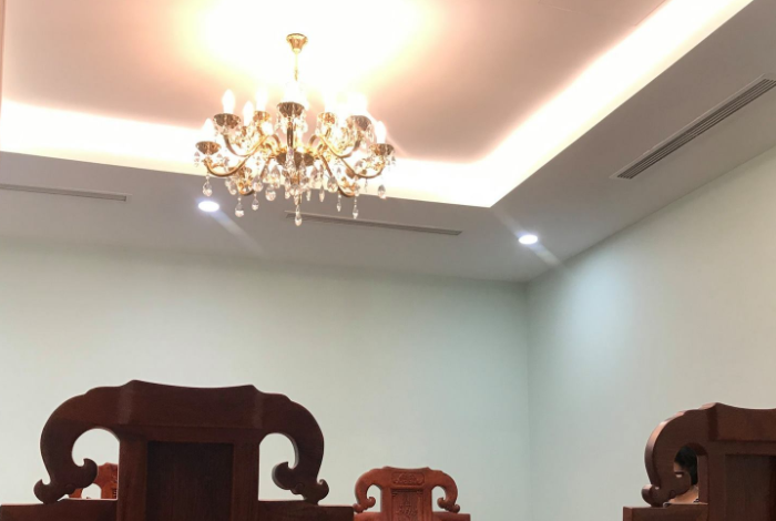 Lắp đặt đèn chùm pha lê cho phòng khách nhỏ nhà riêng